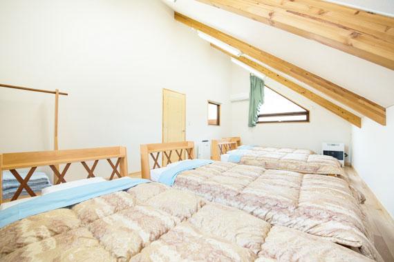 8畳洋室(ベッド4台)(2階)